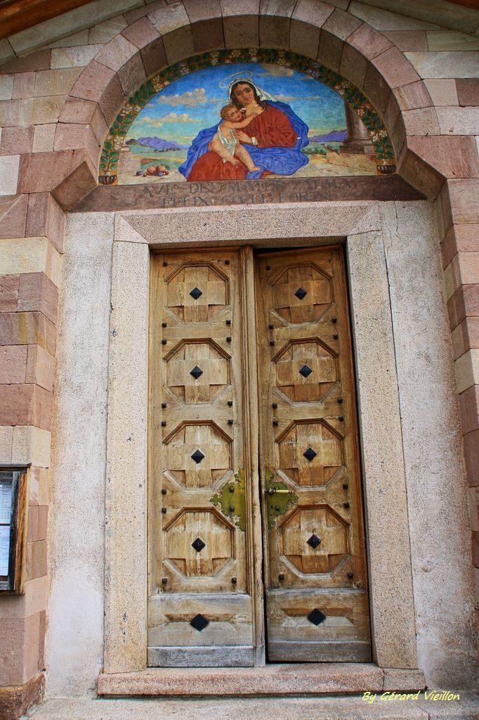 Porte de l'église de Carano