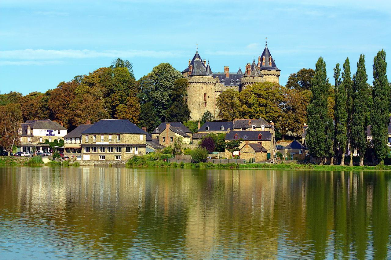 """Résultat de recherche d'images pour """"Château et son lac « tranquille »COMBOURG"""""""