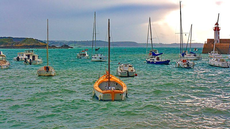 La mer s'agite dans le port d'Erquy.