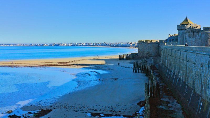 Les brise-lames et les remparts de Saint-Malo.
