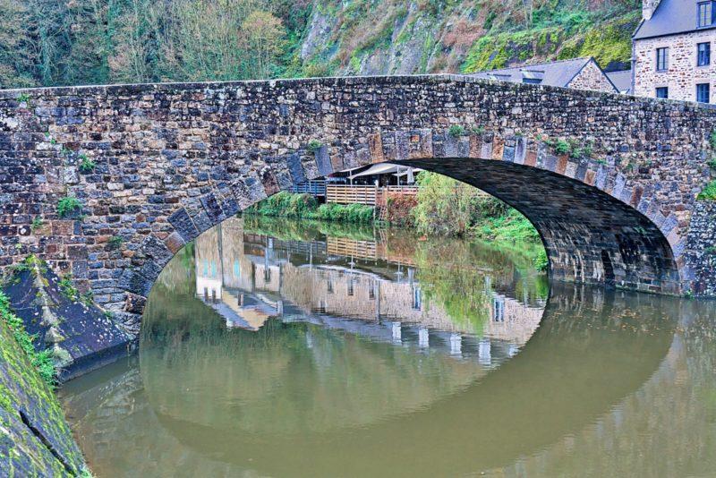 Reflets sous le pont romain