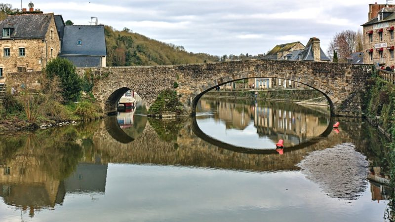 Le vieux pont sur la Rance entre Dinan et Lanvallay