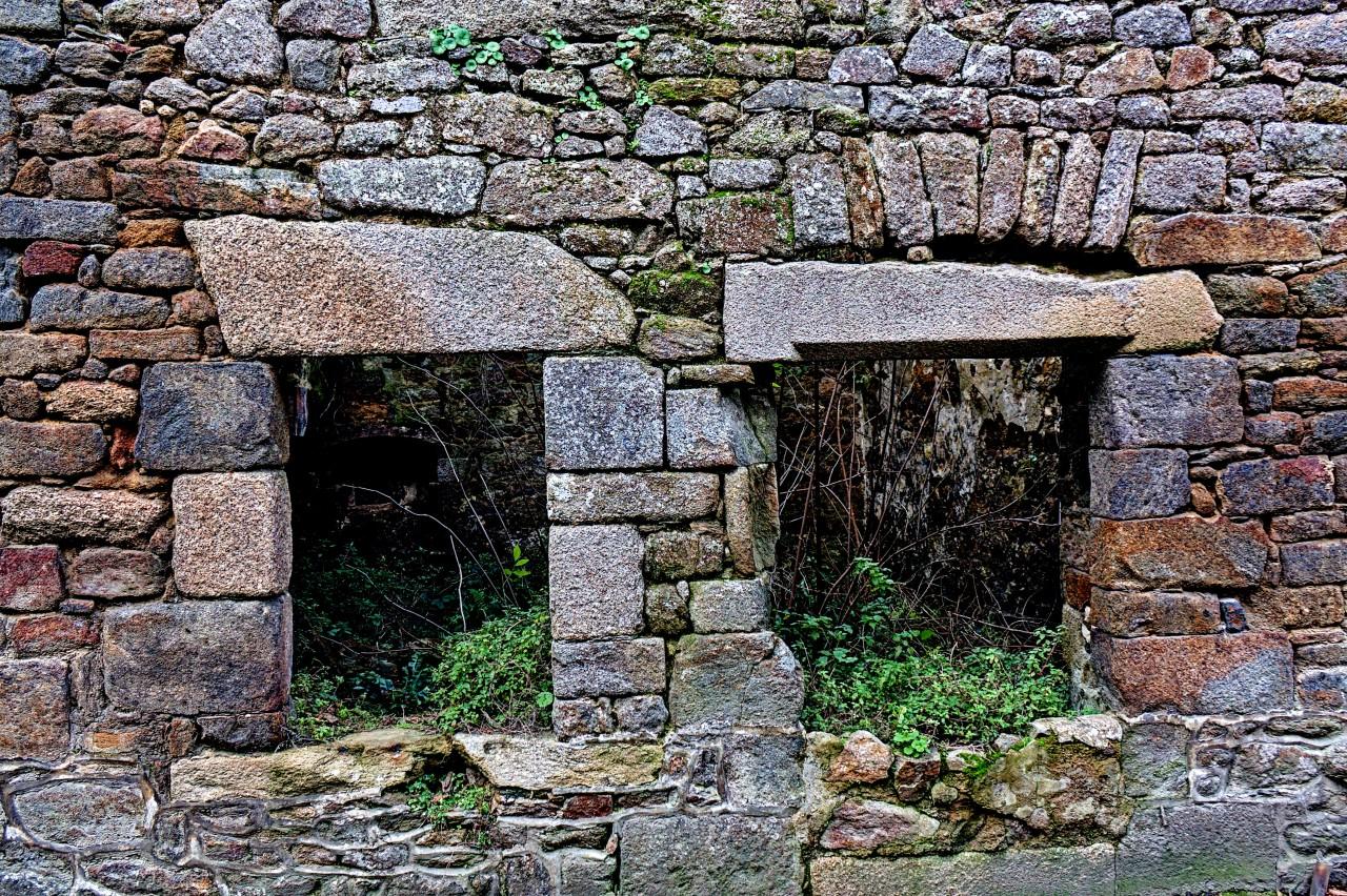 Deux fenêtres sur un mur