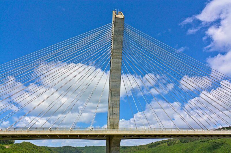 Le Pont-de-Térénez enjambe l'Aulne, un pylone.