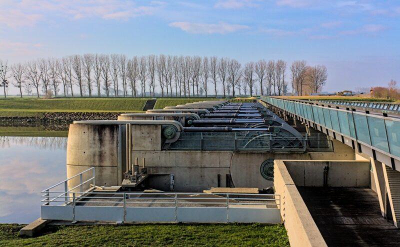 Les vérins hydrauliques du barrage sur le Couesnon