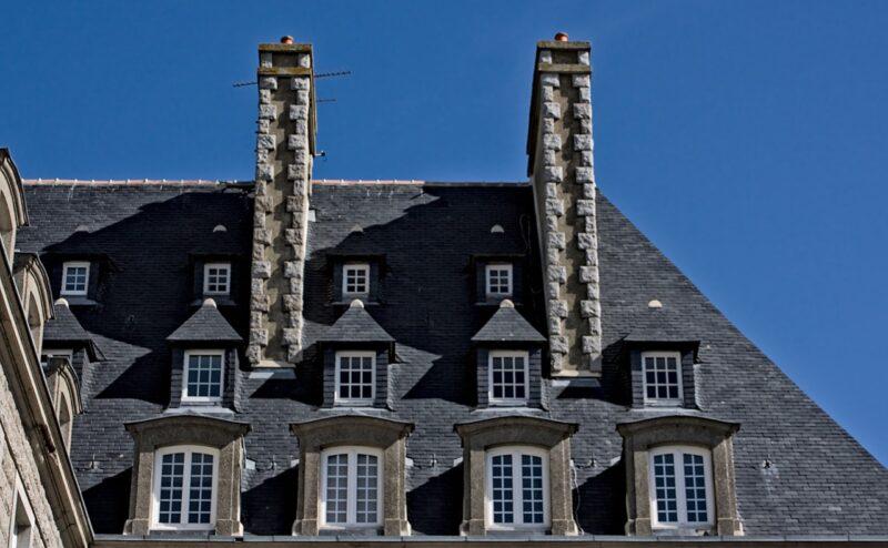 Toiture et cheminées d'immeuble malouin.