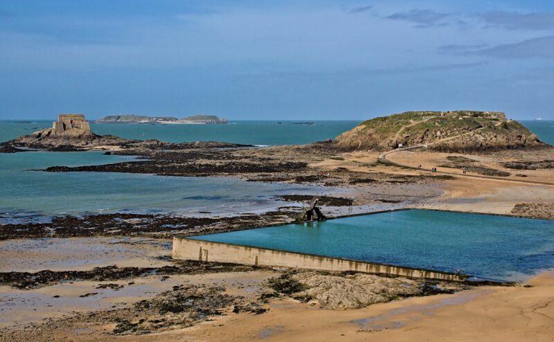 La piscine d'eau de mer sur la plage de Bon Secours