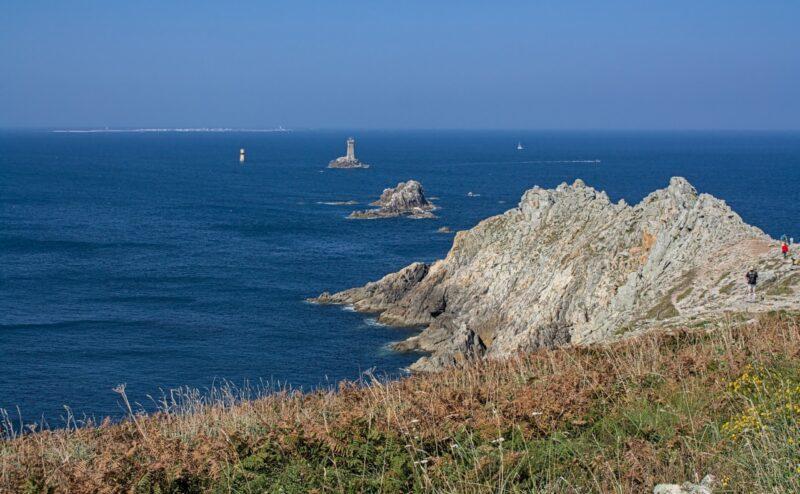 Le phare de la Vieille, la tourelle de la Plate et l'île de Sein